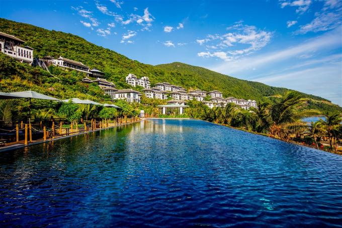 """Với hơn 200 phòng nghỉ tựa núi, hướng biển, hệ thống nhà hàng đẳng cấp thế giới, nghệ thuật spa và các trải nghiệm khác biệt riêng có, InterContinental Danang mang đến một """"cuộc sống"""" xa hoa mà an nhiên, riêng tư hiếm có. Vượt qua hàng ngàn khu nghỉ dưỡng khác trong châu lục, InterContinental đã được các nhà chuyên môn và các chính khách, ngôi sao, người nổi tiếng trên thế giới đánh giá cao, để lần thứ 5 liên tiếp trở thành """"Khu nghỉ dưỡng sang trọng bậc nhất châu Á 2018""""."""