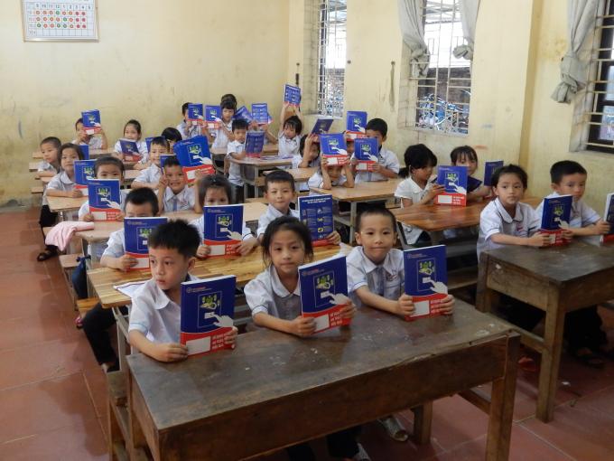 Các em học sinh đều hân hoan vui mừng khi nhận được những món quà ý nghĩa.
