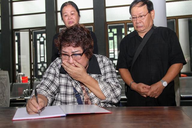 NSƯT Minh Vượng oà khóc khi viết lời tiễn biệt trong sổ tang.