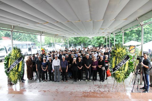 Đông đảo người thân, nghệ sĩ, bạn bè, khán giả... đã đến tiễn đưa đạo diễn Phạm Đông Hồng về nơi an nghỉ cuối cùng.