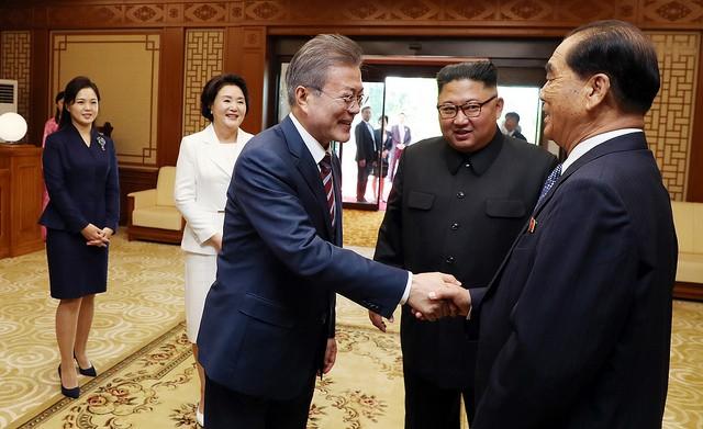 Giới quan sát cho rằng việc ông Kim, lãnh đạo một quốc gia, thừa nhận những thiếu sót trước mặt một nguyên thủ khác là không dễ dàng. Ông Kim có thể sử dụng cách tiếp cận khiêm tốn và chân thành này để chứng minh thành ý thật sự của Triều Tiên trong việc phi hạt nhân hóa.