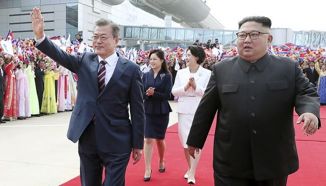 """Ngoài ra, trong cuộc gặp với ông Moon ngày hôm nay, ông Kim cũng ghi nhận đóng góp của Tổng thống Hàn Quốc: """"Chính ông Moon là người đã giúp đỡ cho hội nghị thượng đỉnh lịch sử Mỹ-Triều"""". Nhà lãnh đạo Triều Tiên cho rằng nhờ sự kiện diễn ra vào hồi tháng 6 tại Singapore, khu vực đã ổn định hơn và những kết quả tích cực hơn sẽ sớm xuất hiện. """"Tôi một lần nữa muốn bày tỏ lòng biết ơn tới những nỗ lực của Tổng thống Moon"""", ông Kim nói."""