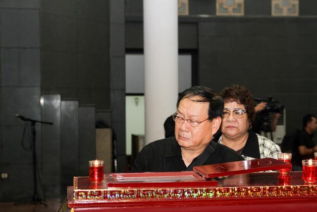 NSƯT Minh Vượng, NSƯT Quang Thắng, NSƯT Tiến Đạt nghẹn ngào và thẫn thờ khi nhìn mặt người quá cố.