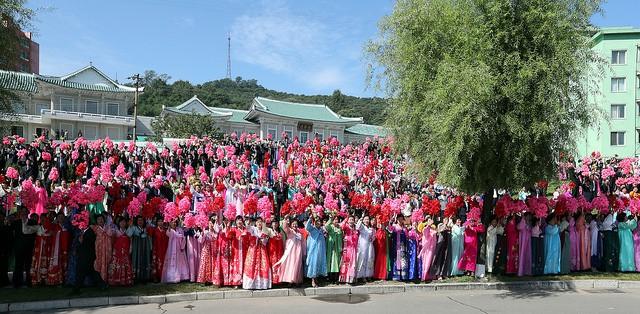 """Ông Moon cũng ca ngợi ông Kim vì quyết định táo bạo của ông Kim. """"Toàn bộ quá trình này là do quyết định của ông Kim và tôi muốn bày tỏ lòng ngưỡng mộ tới sự quyết tâm của ông Kim đã mở ra một kỷ nguyên mới. Trong ảnh: Người dân Triều Tiên đứng xếp hàng với cờ, hoa chào đón Tổng thống Hàn Quốc."""