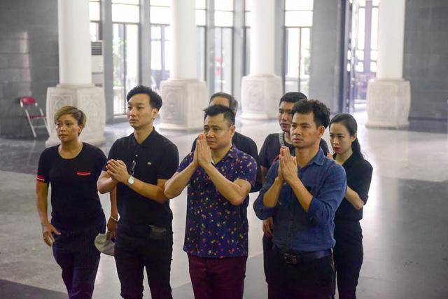 Đông đảo nghệ sĩ khóc thương đạo diễn Phạm Đông Hồng.