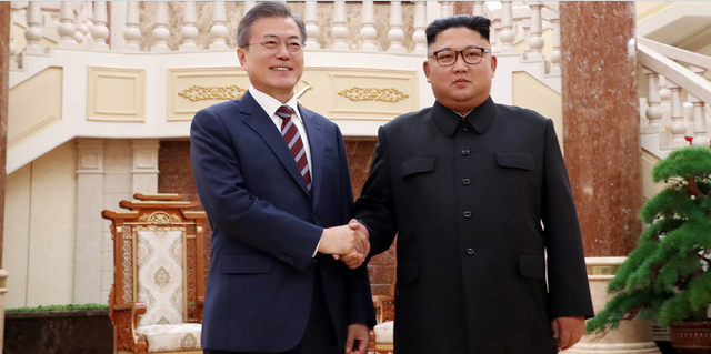 Yonhap đưa tin, trong cuộc gặp với Tổng thống Moon ngày 18/9 sau khi đưa ông Moon và phu nhân Kim Jung-sook về nhà khách chính phủ, ông Kim Jong-un đã thừa nhận nền kinh tế Triều Tiên vẫn còn nhiều yếu kém. Trong ảnh: Hai nhà lãnh đạo bắt tay nhau trước khi bước vào phiên hội đàm chiều ngày 18/9.