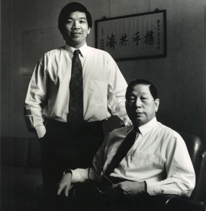 Teo Siong Seng (trái) và cha là Chủ tịch điều hành Chang Yun Chung