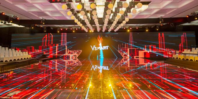 Sân khấu của sự kiện được thiết kế mở, sử dụng nhiều công nghệ trình chiếu hiện đại, ấn tượng.