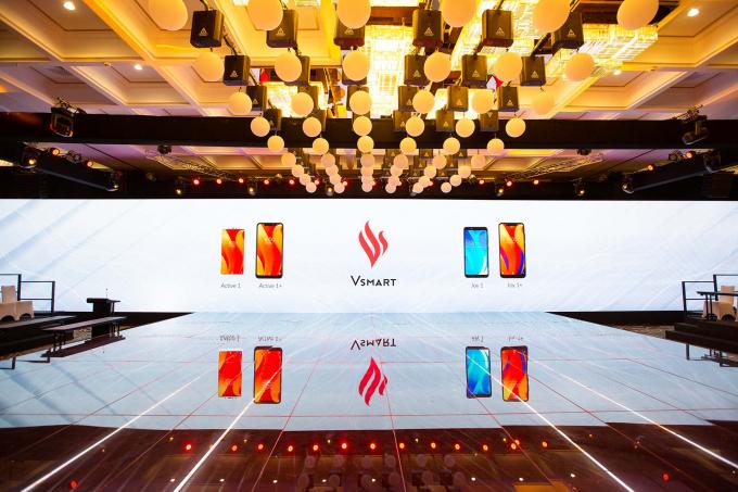 4 dòng điện thoại thông minh Vsmart đang được chờ đợi sẽ chính thức được mở bán trên 5000 cửa hàng trên cả nướctừ các chuỗi phân phối lớn như Thế giới di động, VinPro, FPT...đến các cửa hàng tự doanh và các kênh phân phối online từ ngày mai 15/12.