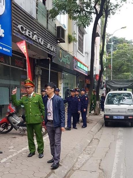 Đồng chí Phạm Văn Thịnh và đồng chí Phan Hữu Luật - Phó chủ tịch UBND phường Cống Vị chỉ đạo việc ra quân xử lý.