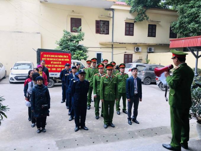 Đồng chí Phạm Văn Thịnh - Trung tá, Trưởng Công an phường Cống Vị triển khai ra quân thực hiện việc đảm bảo trật tự đô thị.