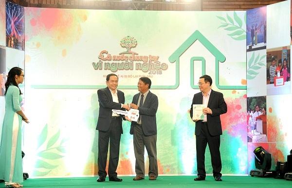 Phó Thủ tướng Vương Đình Huệ và Chủ tịch UB MTTQ Việt Nam Trần Thanh Mẫn tiếp nhận ủng hộ vàtrao Kỷ niệm chương cho Phó tổng Giám đốc Tập đoàn Lương Mạnh Hoàng
