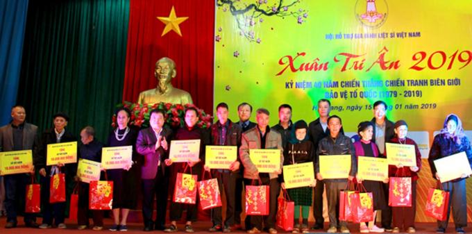 Tập đoàn VNPT tài trợ 100 triệu đồng để trao tặng 20 sổ tiết kiệm cho các gia đình Liệt sỹ có hoàn cảnh khó khăn tại Hà Giang nhân chương trình Xuân tri ân 2019