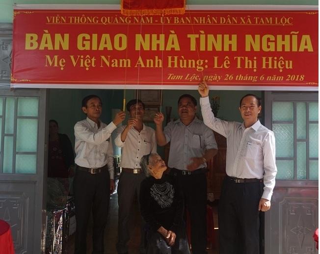 Đại diện VNPT tại Quảng Nam kéo băng khánh thành nhà tặng Mẹ Việt Nam anh hùng Lê Thị Hiệu hồi tháng 6/2018.