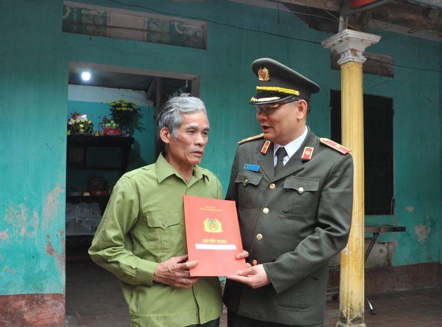 Thiếu tướng Tô Ân Xô - Giám đốc Công an tỉnh Bắc Giang trao quyết định thăng cấp bậc hàm lên Trung tá cho gia đình anh Nguyễn Quang Luận