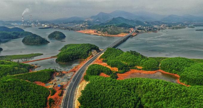 Cao tốc Hạ Long - Vân Đồn kết nối Sân bay Vân Đồn và trung tâm TP Hạ Long.