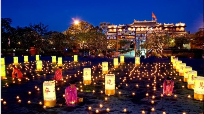 Đêm đến Đại Nội Huế được thắp lên ánh sáng lung linh huyền ảo. (Ảnh:huesmiletravel)