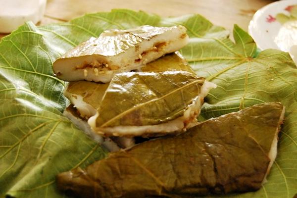 Khi bánh chín người ta thường cắt từng miếng nhỏ vuông vức bày ra đĩa. Lá vả được chọn để bọc bánh nên lấy lá non, khi ăn sẽ ăn luôn lá vả đó, cảm giác man mát, có lợi trong việc thanh nhiệt. (Ảnh:Tinker)
