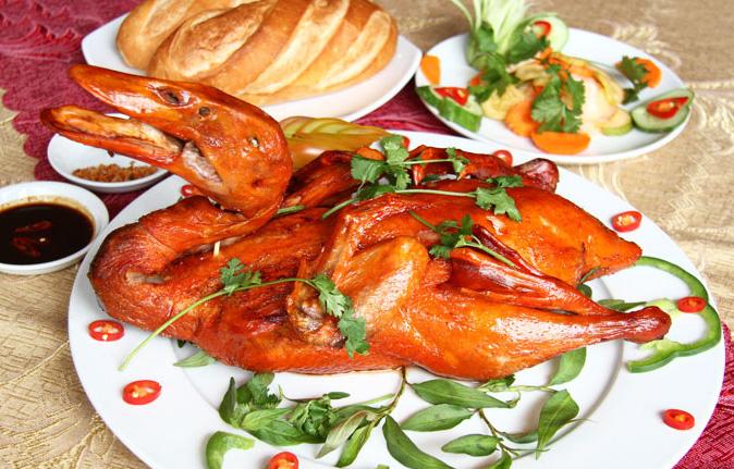 Với sự tinh tế và sáng tạo của mình, người Việt ta đã cải biên và chế biến lại thành món vịt quay 7 vị cho phù hợp với khẩu vị của người Việt Nam, và từ đó, món vịt quay 7 vị trở thành đặc sản của vùng núi Cao Bằng ngày nay.