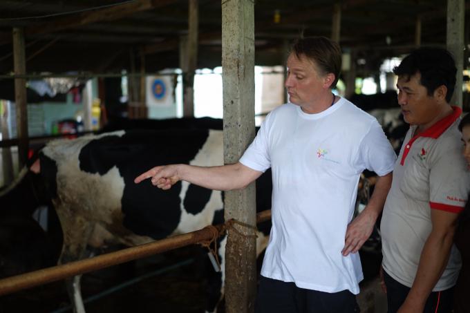 Chia sẻ kinh nghiệm thực tế từ chăn nuôi giữa các nông dân được cho là có sự lan tỏa tốt hơn.