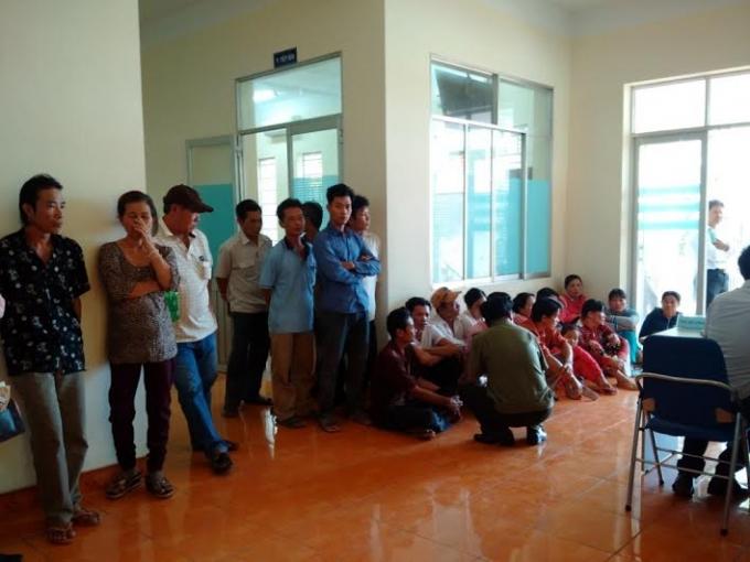 Hàng trăm người dân tập chung tại khu vực ban tiếp dân tỉnh Bình Dương chờ đợi những động thái tích cực từ phía Chính quyền tỉnh.