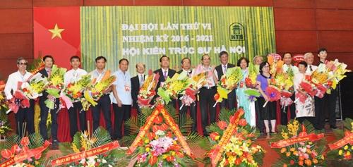 Ban Chấp hành Hội Kiến trúc sư Hà Nội khóa VI, nhiệm kỳ 2016 - 2021 ra mắt Đại hội.