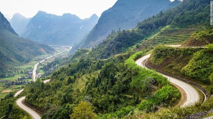 Đường đi từ Hà Giang lên Đồng Văn - Ảnh: CNN.