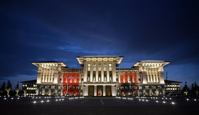 Tổng thống Thổ Nhĩ Kỳ Recep Tayyip Erdogan sống trong dinh thự được xây dựng 3 năm trước ở ngoại ô thủ đô Ankara. Nằm trên một ngọn đồi nhìn ra thành phố, Ak Saray - Cung điện Trắng, trải rộng tới 1.100 phòng, trong đó khoảng 250 phòng chỉ dành cho nhà lãnh đạo 63 tuổi và gia đình.Ảnh:Getty.