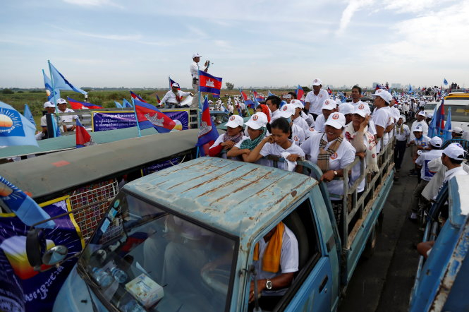 Người ủng hộ đảng CPP trên đường tụ tập mít tinh tại Phnom Penh với bên cạnh là người của đảng CNRP - Ảnh: Reuters.