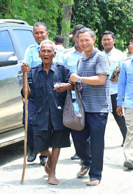 Ông Hun Manet - con trai của thủ tướng Campuchia Hun Sen cũng có mặt tại tỉnh Kampong Speu để gặp cử tri. Trong ảnh đưa trên tài khoản Facebook hôm 18-5, người ta thấy ông Manet tặng quà hỗ trợ người dân.