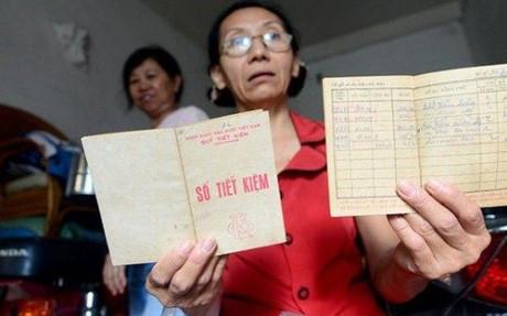 Bà Thủy với cuốn sổ tiết kiệm giá trị tiền gửi chỉ còn mua được 1 mớ rau.