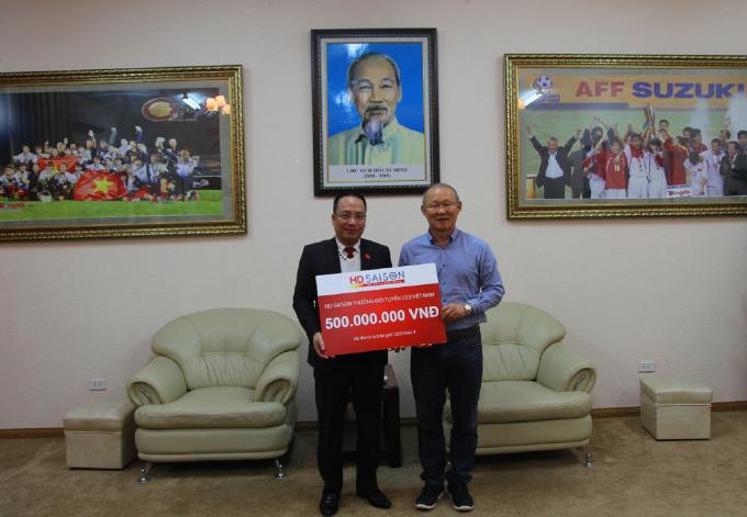 Ông Park Hang Seo nhận thưởng từ đại diện HD SAISON tại trụ sở VFF.