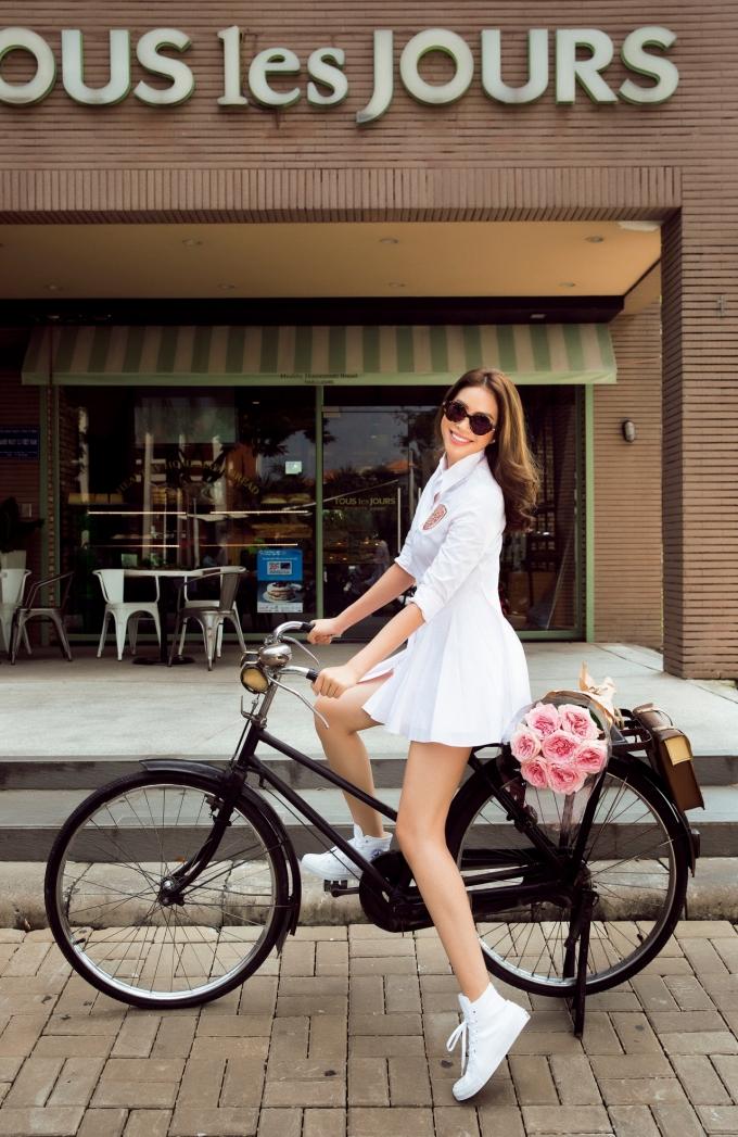 Hoa hậu Phạm Hương hào hứng đạp xe trên phố ngắm đường phố Sài Gòn những chiều cuối tuần nhạt nắng.