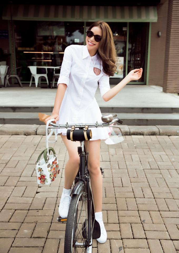 Sự kết hợp tinh tế giữa trang phục, phụ kiện, mắt kính, túi xách...đã mang đến một tổng thể đầy tinh tế cho Phạm Hương.