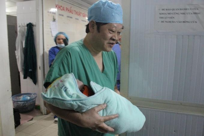 Thứ trưởng Nguyễn Viết Tiến, người trực tiếp thực hiện ca mổ đón bé gái chào đời.