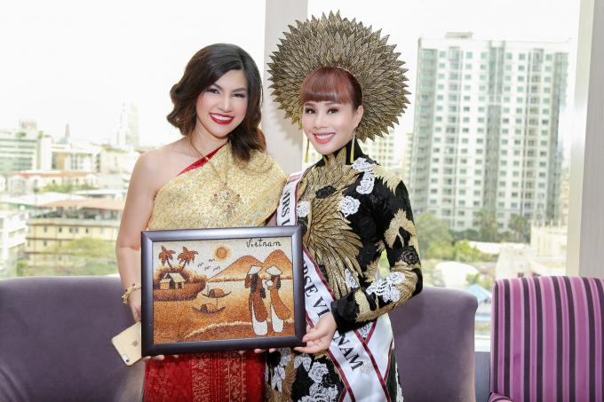 Hoa hậu Hằng Nguyễn tặng tranh gạo cho Mrs International 2016.