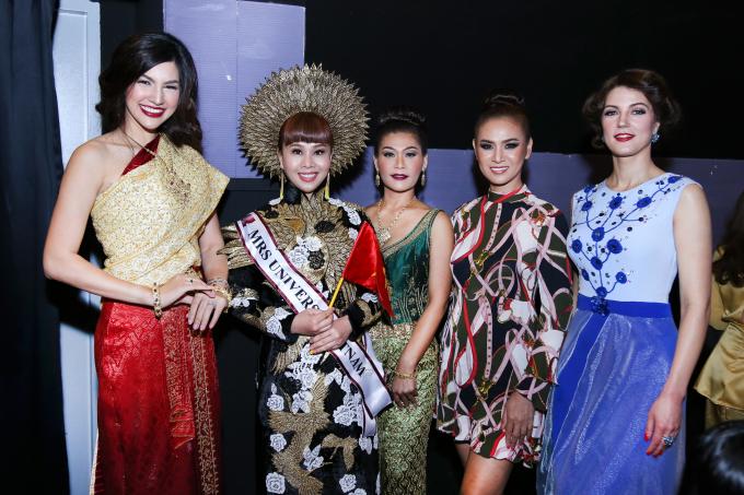 Hoa hậu Hằng Nguyễn diễn áo dài truyền thống hội ngộ dàn hoa hậu quốc tế ở Thái Lan