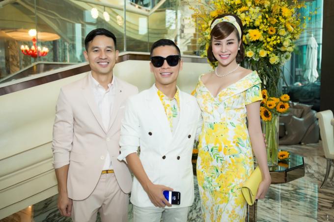 Dàn mỹ nhân khoe sắc với hoạ tiết hoa mimosa, hoa tử đằng của Adrian Anh Tuấn