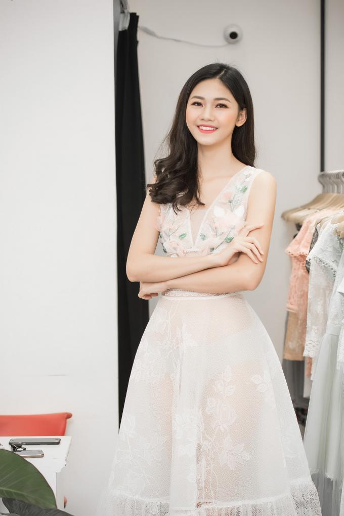 Hay chiếc váy đính kết hoa 3D, mang đậm hơi thở của mùa hè với sự thanh lịch, tươi trẻ cũng được Á hậu Thanh Tú yêu thích.