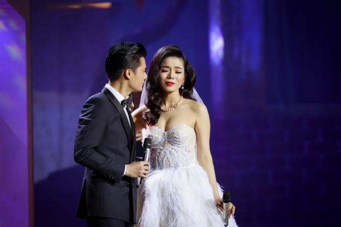 Lệ Quyên song ca với ca sĩ Quang Dũng trong chương 1.