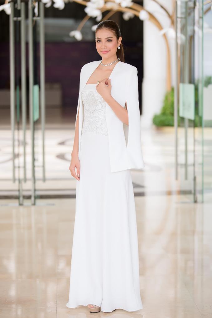 Vòng sơ tuyển phía Nam của cuộc thi, hoa hậu Phạm Hương diện bộ đầm dạ hội màu trắng kiêu sa.