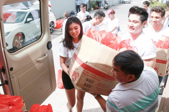 Hoa hậu Vy Nguyễn bay nửa vòng trái đất để tặng quà cho trẻ em mồ côi, khuyết tật