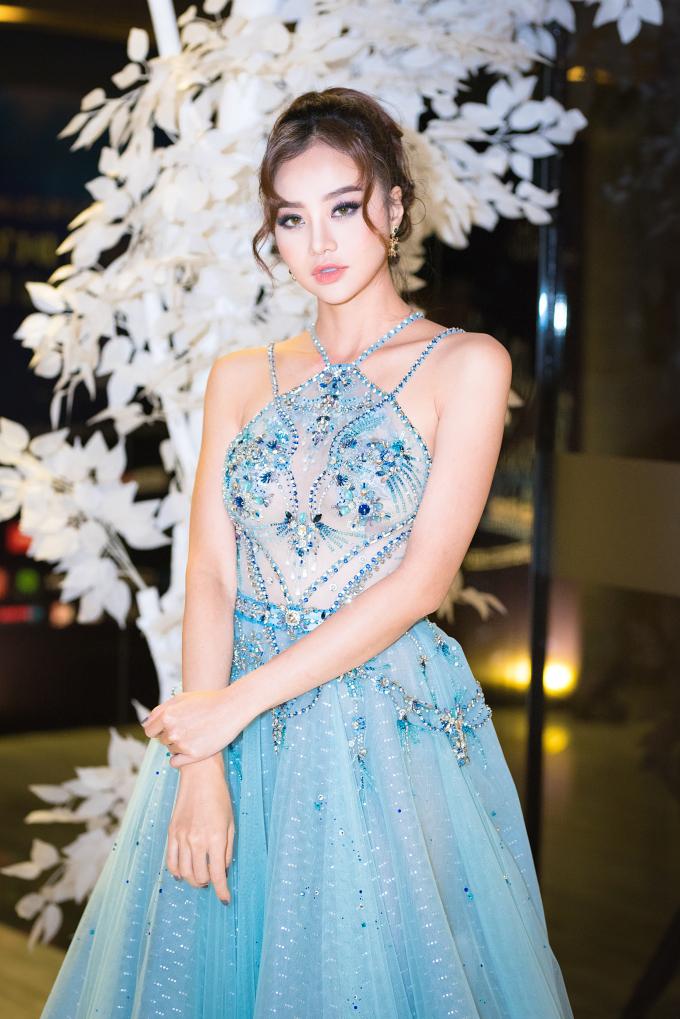 Hoa hậu Kiều Ngân gây ấn tượng khi diện chiếc đầm xanh thiết kế sang trọng và tinh tế của NTK Đỗ Long.