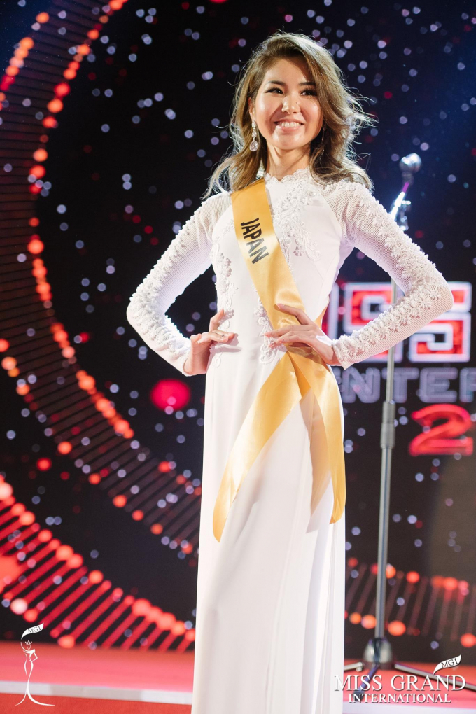Hoa hậu Erika Tsuji trong trang phục NTK Phạm Sĩ Toàn.