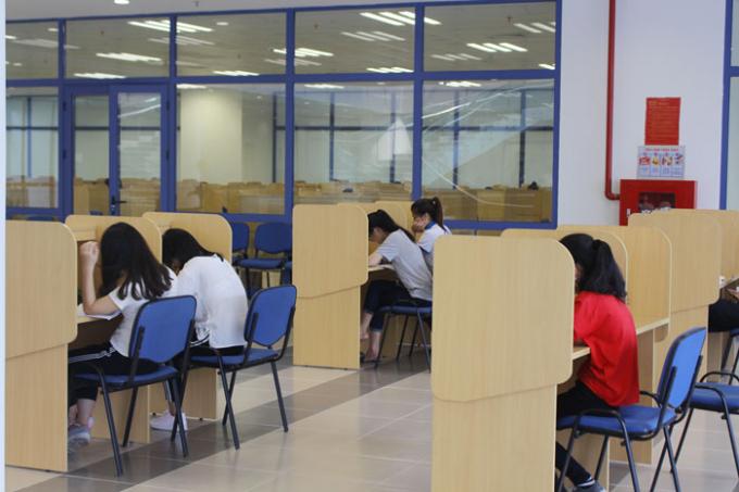Tầng 2 thiết kế các bàn học tách biệt cho sinh viên ngồi học.