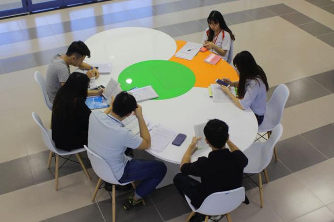 Các bạn trẻ có thể tìm chỗ yên tĩnh trong các phòng đọc hay tìm bàn học nhóm với nhau.
