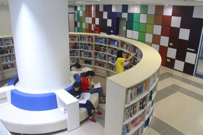 Thiết kế chỗ ngồi độc đáo với ghế ngồi tiện lợi gần giá sách.