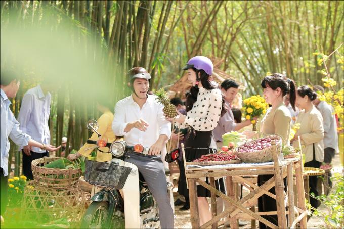 Hà Thu lái xe máy, chở Thanh Thức đi chợ quê