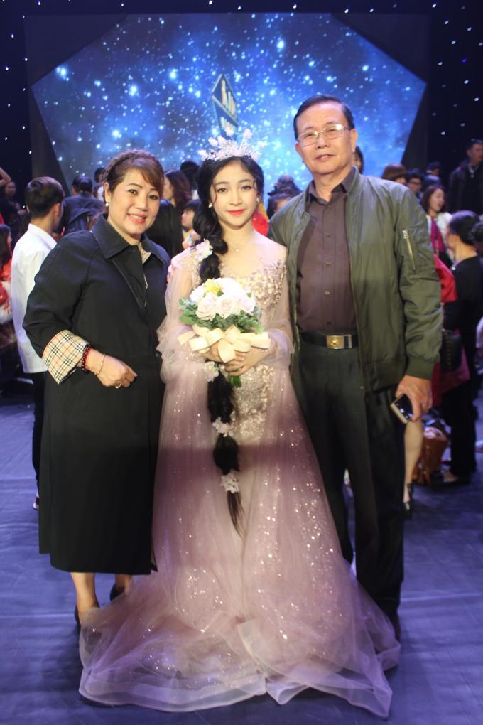 Bé Trịnh Nguyễn Hồng Minh kiêu sa khi hóa công chúa tóc mây
