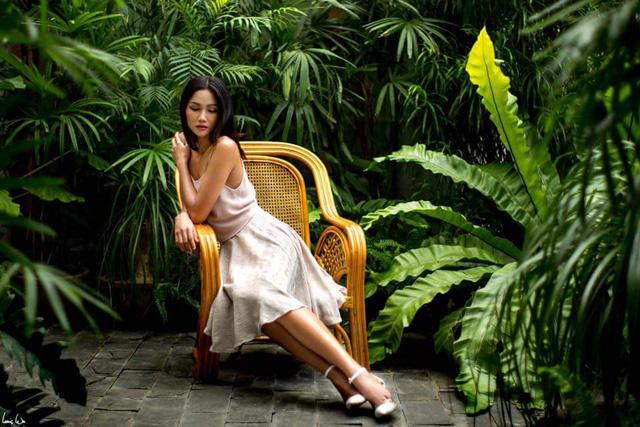 Cùng với việc học tập tại trường Cao đẳng Kinh tế - Đối ngoại, H'hen Niê bắt đầu gia nhập làng người mẫu khi làm người mẫu chụp ảnh thời trang nhãn hàng nhỏ.